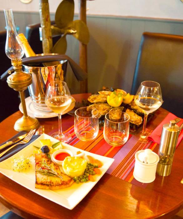 Красивый стол с белым вином