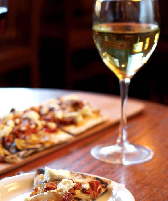 Классическое сочетание белого вина с блюдами из дичи, пиццы, рыбных продуктов