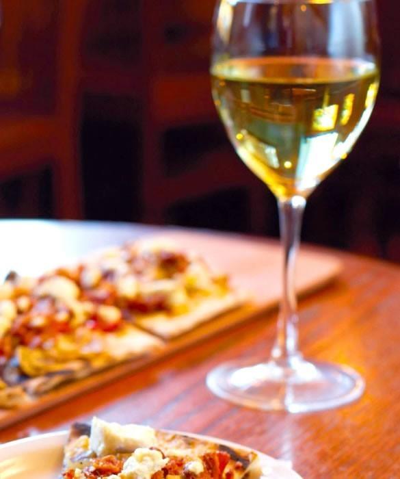 Белое вино с пиццей