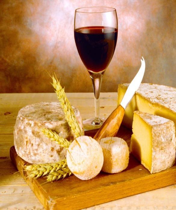 Красное Эксклюзивное вино хорошо сопровождать зрелыми сырами яркого сложения, с сладкими вкусами